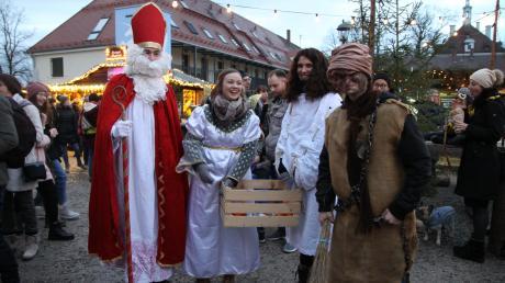 Besuchte auch den Weihnachtsmarkt: Nikolaus (Tobias Thummerer) mit seinen Engeln und dem Krampus (Jonas Hiermeier).