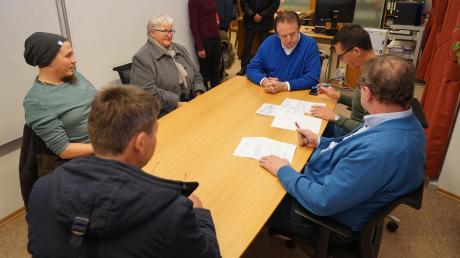 Der Abstimmungsausschuss gab im Rathaus das amtliche Ergebnis bekannt: (von links) Martin Arzberger, Heinrich Schoder (mit dem Rücken zum Fotografen), Gabi Müller (hinten am Tisch), Bürgermeister Karl Metzger, Geschäftsleiter Marc Beinen und Ausschussmitglied Robert Baur.