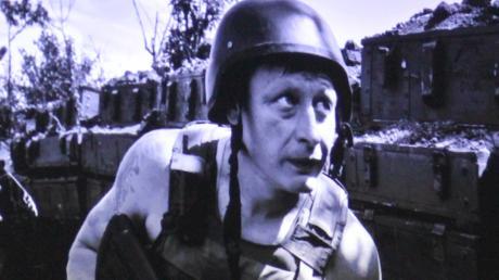 Gemeinsam mit diesem ukrainischen Soldaten lag Mayer in einem Schützengraben im Donbas und geriet unter Beschuss. Dieses Bild zeigte er bei seinem Vortrag.