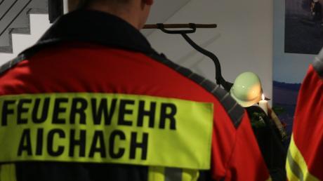 Gemeinsam trauern: Aichachs Feuerwehr trifft sich zu einer Gedenkminute am Feuerhaus, um Anteilnahme zu zeigen.