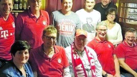 Der Vorstand des Bayern-Fanclubs (stehend von links) Georg Schmid, Franz Hahn, Christian Höger, Martin Knauer, Stefan Knauer und Olga Bitomsky, (sitzend von links) Bettina Knauer, Paul Grießer, Georg Moser, Andreas Harlander und Franz Haider.