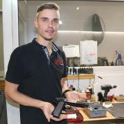Sebastian Tietz ist Büchsenmacher bei der Firma Sport-Target-Pistol in Kühbach. Er hat seine Ausbildung abgeschlossen und macht nun seinen Meister.