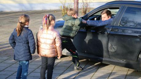 Was tun, wenn sich ein Auto mit Unbekannten nähert, die Kinder zum Fahrzeug locken und dann überfallartig versuchen, diese ins Fahrzeug zu zerren? Das übten die Kinder in Rehling.