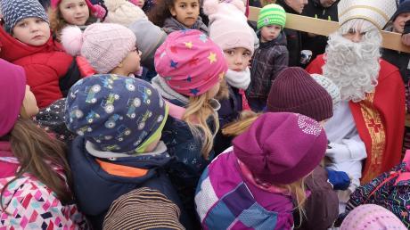 """Wie jedes Jahr kam der Nikolaus auf einen Besuch am Sielenbacher """"Place de St. Fraimbault"""" vorbei, um den Kindergartenkindern mit kleinen Geschenken für ihr Ständchen zu danken."""