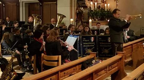 """Bei Franz Schuberts """"Ave Maria"""" zog Erwin Kitzinger, Dirigent der Original Altbairischen Musikanten, das Aindlinger Publikum mit einem Trompetensolo in seinen Bann."""