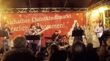 Die eigens für diesen Auftritt formierte Basement Crew mit Uli Mill (Zweite von links) und dem Schlagzeuger Wolfgang Schwarz trat auf dem Aichacher Christkindlmarkt auf.