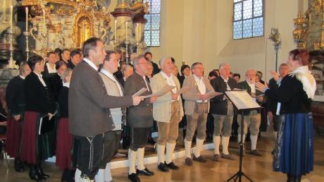 Unter anderem der Landfrauenchor und das Männerdoppelquartett mit Marianne Lang wirken beim Adventskonzert in der Wallfahrtskirche St. Leonhard in Inchenhofen mit.