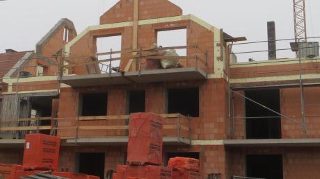 Der Bau des Sozialwohnhauses ist schon sehr weit fortgeschritten. Inzwischen hat es einen Dachstuhl und wird voraussichtlich noch heuer eingedeckt.