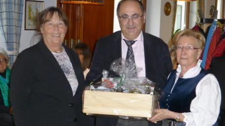 Peter Meitinger (Mitte) wurde als 1000. Mitglied des VdK Aichach geehrt. Dazu gratulierten Kreisvorsitzende Gertrud Gokorsch (links) und Aichachs VdK-Vorsitzende, Gertraud Neumair.