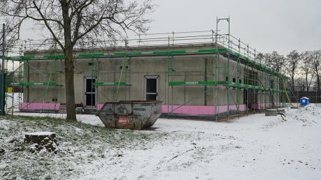 Der Rohbau der Mittagsbetreuung in Affing steht. Im September soll das Gebäude bezogen werden. Foto: Erich Echter