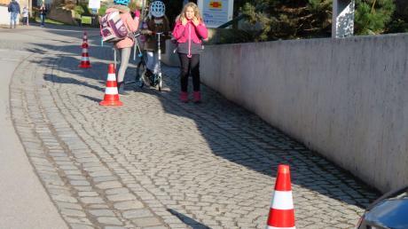 Das Aufstellen von Verkehrsleitkegeln als Abgrenzung zwischen der Ortsdurchfahrt und dem Gehweg vor der Rehlinger Bank hat bereits wesentliche Verbesserungen gebracht.