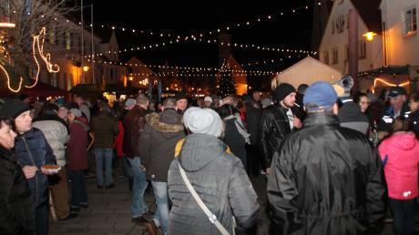 Aufgrund des starken Windes gab es heuer keine offenen Feuerstellen amPöttmeser Marktplatz. Umso dichter scharten sich die Besucher um dieWurst-und Glühweinstände.