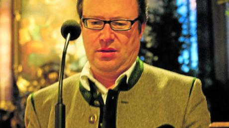 Johannes Hitzelberger führt durch das Altbairische Adventssingen in der Aichacher Stadtpfarrkirche.