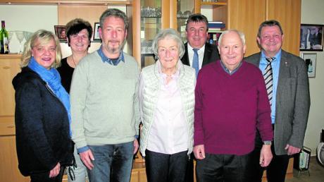 Lorenz Braun (von rechts) gratuliert Josef Sturm zum 80. Geburtstag. Ebenso Vorstandsvorsitzender der Raiffeisenbank Günter Hahn, Ehefrau Jutta Sturm und Sohn Joschi mit zukünftiger Schwiegertochter, dahinter die stellvertretende Schützenmeisterin von Eintracht Hohenzell, Josefine Peter.