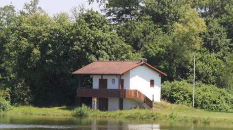 Der Gemeinde war es wichtig, mit der Antenne für das Mobilfunknetz der Telekom möglichst weit von jeglicher Wohnbebauung weg zu sein, wie etwa hier bei der Wasserwachtstation am Radersdorfer See.