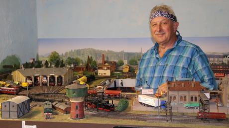 Friedrich Schmidt aus Aichach-Oberbernbach zeigt seine Modelleisenbahn im Keller und bringt zum Stammtisch Zeitschriften mit.