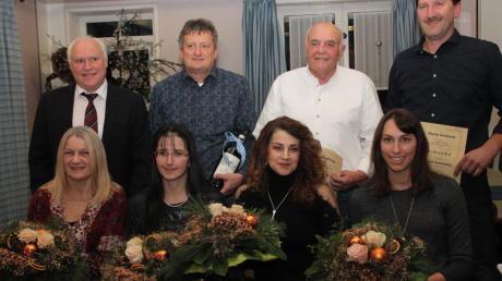 Sie wurden von der Marktgemeinde geehrt: (vorne von links) Carola Ziegler, Silvia Keller-Sattich, Zejnepe Gabrica, Christina Kessel. Stehend von links: Bürgermeister Franz Schindele, Klaus Hallwirth, Detlef Klingenstein, Josef Gutmann.