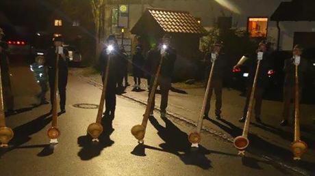 Die Alphornbläser aus Baar traten erstmals auf dem Weihnachtsmarkt der Vereine auf.  Foto: Josef Kigle