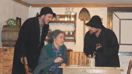 Philomena (Sophia Schmid) fürchtet sich im Theaterstück vor den beiden Totengräbern Schaufe (rechts, Sebastian Stegmair) und Schippe (links, Michael Brandmeier).