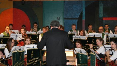 Sein Weihnachtskonzert gab der Musikverein Kühbach in der Schule.
