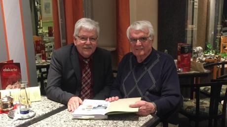 Hermann Winkler (rechts), ehemaliger Rektor an der Grund- und Teilhauptschule in Zell, feierte seinen 85. Geburtstag. Zweiter Bürgermeister Helmut Beck, ein ehemaliger Schüler von ihm, gratulierte Winkler.