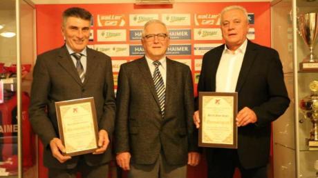 Joachim Grammer (links) neben Präsident Ludwig Grammer und Josef Kigle (rechts) wurden bei der Weihnachts- feier des TSV Aindling zu neuen Ehrenmitgliedern ernannt. Beide waren aktiv für den TSV und sind seit über 30 Jahren in den Vereinsgremien eingebunden.