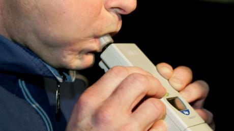 Ein 31-Jähriger ist in Mühlhausen betrunken mit dem Auto gefahren. der Test ergab knapp zwei Promille Alkohol im Blut.