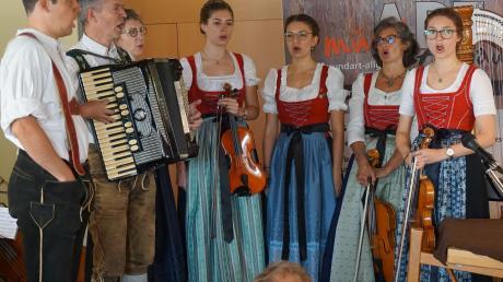 Mit Festgottesdienst, Matinee und Lesungen im Dorfmuseum Durach feiert der Förderverein mundArt sein 15-jähriges Bestehen. Die Familienmusik Althaus singt dabei in Jodlerformation.