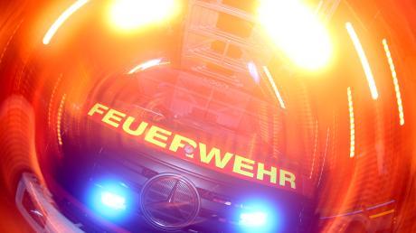 Bei Löscharbeiten eines tödlichen Wohnungsbrandes wurden in Oberfranken sieben Feuerwehrleute verletzt. Der Bewohner der Wohnung starb.