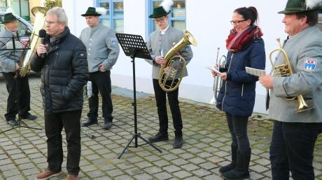 Auf dem Rehlinger Rathausplatz wurden die Besucher nach dem Jahresschlussgottesdienst mit den musikalischen Neujahrsgrüßen durch den Musikverein Rehling empfangen. Bürgermeister Alfred Rappel (mit Mikrofon) hielt seine letzte Neujahrsansprache als Rathauschef.