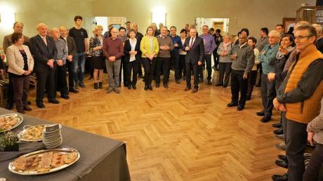Beim Neujahrsempfang der Gemeinde Todtenweis im Gasthaus Golling: die Gäste mit (Mitte) Bürgermeister Konrad Carl und Pfarrer Babu.