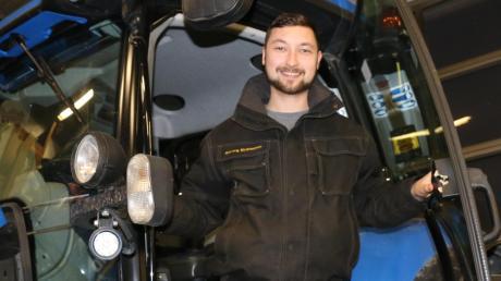 Georg Krammer in seinem Ausbildungsbetrieb auf einem Schlepper: Den Landmaschinenmechatroniker hat Technik immer schon interessiert.
