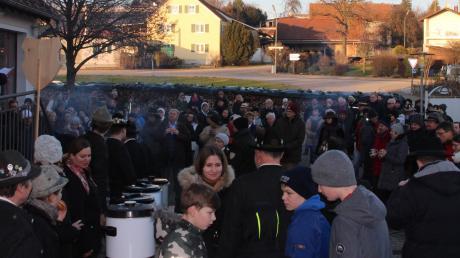 Bürgermeister Lorenz Braun hielt seine Neujahrsansprache vor den vielen Bürgern, die sich am Bürgerhausplatz eingefunden hatten. Die Böllerschützen machten nicht nur einen tosenden Lärm, sondern sorgten auch für starken Qualm.
