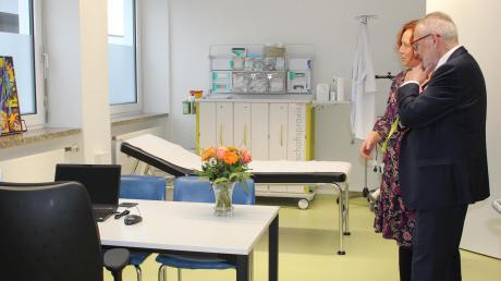 Bei der Eröffnung konnten die Besucher auch einen Blick in das Behandlungszimmer werfen.