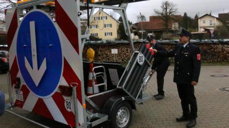 Kommandant Helmut Müller (an der Deichsel) und Vorsitzender Ludwig Dollinger von der Feuerwehr Adelzhausen freuen sich: Bald haben sie ein neues Fahrzeug, mit dem sie diesen Verkehrssicherungsanhänger auf die Autobahn transportieren können.