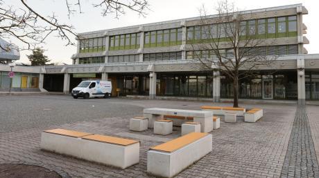 Im Deutschherren-Gymnasium in Aichach werden derzeit knapp 670 Schüler unterrichtet. Das sind etwa 430 Schüler oder 40 Prozent weniger als vor neun Jahren.