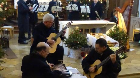 Beim Dreikönigssingen in der Kühbacher Kirche: die Gröbenbach Musi (vorne) und das Bläserensemble Rast (hinten). Der Familiengesang Röpfl sang traditionelles Liedgut.