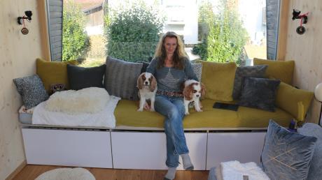 Genug Platz für Frau und zwei Cavalier King Charles Spaniel: Nicole Häuslein, 49, wohnt in Rehling am Buchenweg alleine in einem Tiny-Haus.