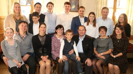 Der 80. Geburtstag von Anneliese Jakob (Scheicher) aus Allmering (vorne sitzend) war Grund zum Feiern auch mit der Großfamilie, neben der Jubilarin rechts ihr Mann Paul. Sitzend ihre vier Kinder, (von links) Paul und Martha, (von rechts) Regina und Lisa mit Kindern und Partnern.