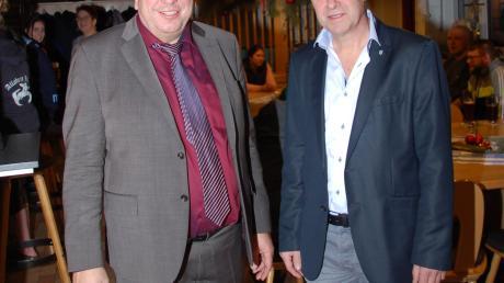 Dritter Bürgermeister Fabian Streit (rechts) bedankte sich bei Bürgermeister Josef Schreier, der die letzte Bürgerversammlung seiner Amtszeit in Schiltberg abhielt.