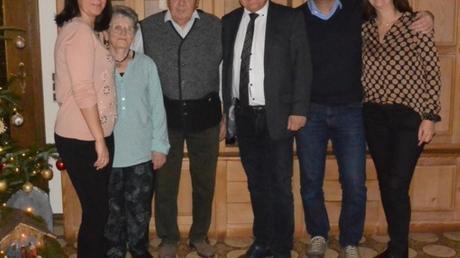 Seinen 80. Geburtstag feierte in Aindling Hans Paula (Dritter von links), hier mit (von links) Schwiegertochter Natalie Paula, Ehefrau Sieglinde, Bürgermeister Tomas Zinnecker und Sohn Stephan mit Ehefrau Carola Paula.