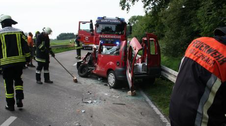 Ein Auto und ein Bus stießen im August am nördlichen Ortsausgang von Inchenhofen in Richtung Pöttmes zusammen. Der Autofahrer wurde dabei schwer verletzt.