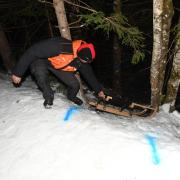 Ein Helfer zieht den Schlitten nach oben, mit dem ein junger Mann aus Schiltberg auf einer Rodelbahn in Tirol verunglückt ist.