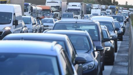 Wenn es sich auf der Autobahn zwischen Dasing und Friedberg staut, fließt der Ausweichverkehr durch die anliegenden Gemeinden.