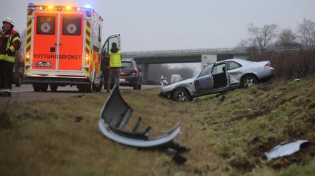 Wegen eines überholenden Lastwagens landete am Dienstagmorgen auf der B28 bei Senden ein Auto im Straßengraben.