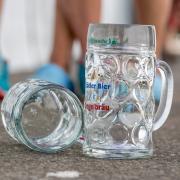 Wegen zerdepperter Maßkrüge beförderte die Security auf dem Kühbacher Brauereifest eine Gruppe junger Leute nach draußen. Einer von ihnen stand jetzt vor Gericht. (Symbolfoto)