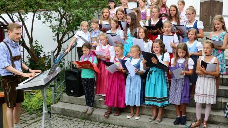 Der Kinderchor der Pfarrei unter Leitung von Tobis Lachenmayr (links), hier ein Archivbild von einem Auftritt am Rehlinger Rathausplatz, wurde nun in die Chorgemeinschaft Rehling integriert und auch mitgliedsmäßig in diesen Verein mit übernommen.