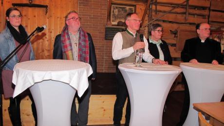 Aufmerksam hörten die Referenten den Fragen zu: (von links) Pastoralreferentin Julia Spanier, Pfarrer Josef Mayer, Moderator Roman Aigner, Psychologin Elfriede Schießleder und Diözesanadministrator Bertram Meier.