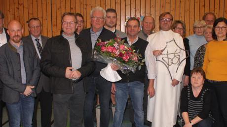 Pater Markus Szymula konnte seinen 60. Geburtstag begehen. Eine große Anzahl von Bürgern war gekommen, um dem Jubilar ihre Glückwünsche auszusprechen. Unser Foto zeigt den Priester mit Bürgermeister Josef Schreier (links) und einigen Pfarrgemeinderäten sowie den Kirchenpflegern.