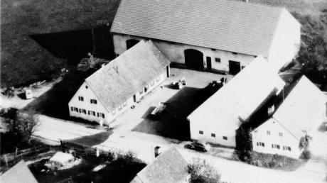 """Diese Luftaufnahme aus der Mitte der 1960er-Jahre zeigt den Bauernhof der Familie Asam in Schiltberg. Der Hausname lautet heute noch """"zum Graf"""". Johann Asam war vor einem knappen Jahrhundert der Erbauer einer Wasserleitung vom Xanderberg herab. Links unten auf dem Foto ist deutlich das quadratische Wasserreservoir zu erkennen."""